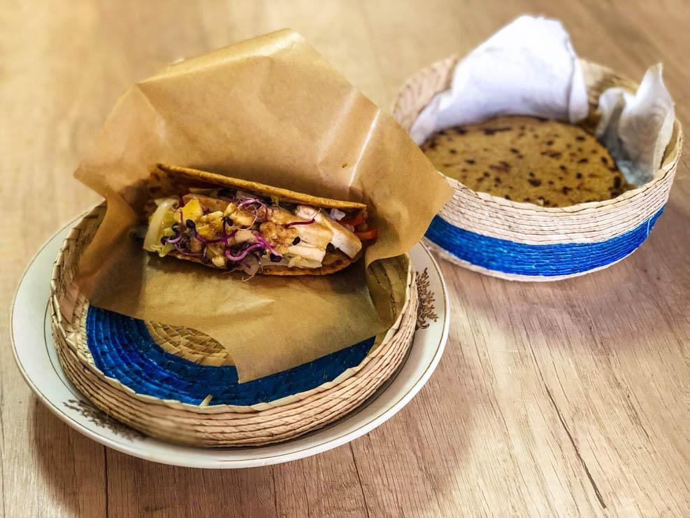 Tortas mejicanas de harina germinada alere vital y maíz con juliana de col y tofu salteado con vinagreta de plátano y sésamo por marga barrero